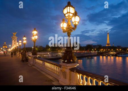 Le Pont Alexandre III, en regardant vers la Tour Eiffel sur la Seine au crépuscule, Paris, France Banque D'Images