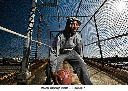 Un jeune homme de jouer avec un ballon de basket-ball. Banque D'Images
