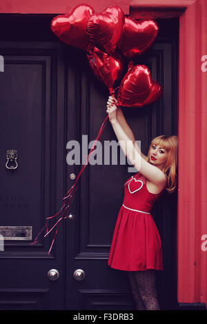 Jeune femme à thème romantique en zone urbaine Banque D'Images