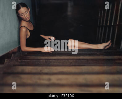 Woman sleeping on stairs Banque D'Images