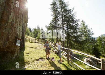 Jeune couple en train de préparer l'escalade de rocher à grimper rock formation, Val Senales, Tyrol du Sud, Italie Banque D'Images