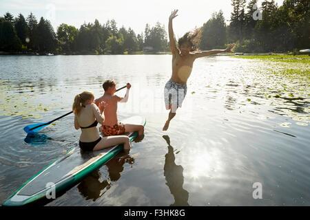 Bateau canotage couple, l'homme de sauter dans le lac, à Seattle, Washington, USA Banque D'Images