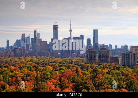 Toronto city skyline avec de grands bâtiments y compris la Tour CN et le centre-ville avec des gratte-ciel de midtown Banque D'Images