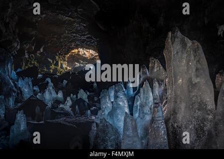 Dans Raufarholshellir stalagmites de glace grotte, près de Hveragerdi, Sudherland, Islande. Banque D'Images