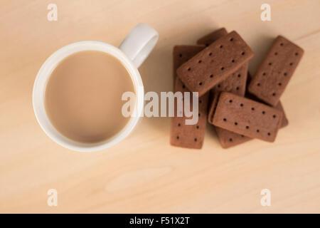 Regardant vers le bas sur le thé et biscuits Banque D'Images