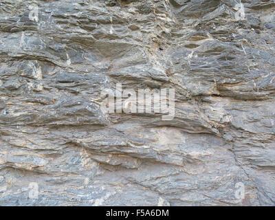 Close-up de coupe en strates de roche coupe la route près de Alora, Andalousie Banque D'Images