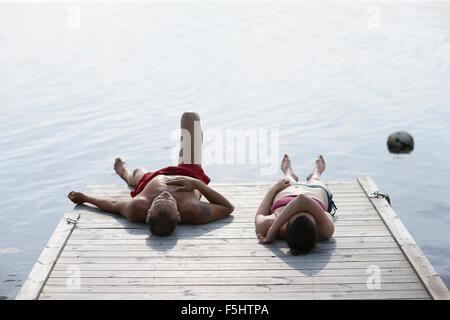 La Suède, Dalécarlie, Siljan, Man et woman lying on jetty Banque D'Images