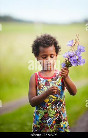 La Suède, Vastra Sweden, Runnas Gullspang, Girl (4-5) en bouquet Banque D'Images