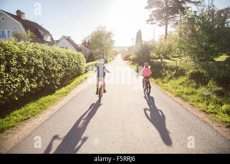 La Suède, Vastergotland, Lerum, enfants (10-11, 12-13) à vélo en journée ensoleillée Banque D'Images