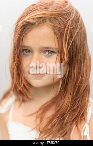 La Suède, Vastmanland, Bergslagen, Hallefors, Sangshyttan, Portrait of Girl (8-9) par lake Banque D'Images