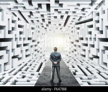 Businessman standing in labyrinthe, confrontés à des difficultés dans les affaires et le stress de la vie quotidienne Banque D'Images