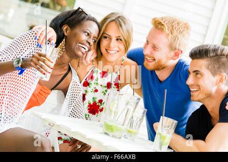 Les amis de rire et serrant les uns les autres à l'extérieur et être heureux Banque D'Images