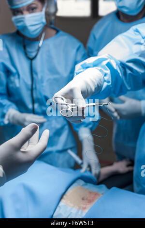 L'équipe chirurgicale du patient d'exploitation Banque D'Images
