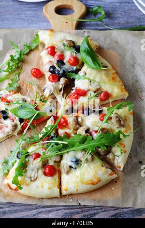 Pizza au fromage aux champignons et tomates cerises, haut Banque D'Images