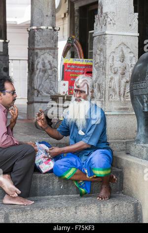 Sadhu saint homme avec une longue barbe blanche et au visage peint Kapaleeswarar Temple, un temple hindou de Shiva Banque D'Images