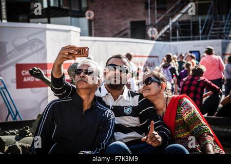 Family having fun portant des lunettes de soleil et forme à une caméra prenant selfies Banque D'Images
