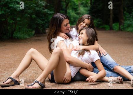 La mère et les deux filles serrant les uns les autres Banque D'Images