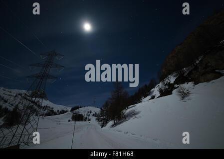 Station de ski de La Thuile brillants dans la nuit, célèbre destination pour les vacances de Noël en Vallée d'aoste, Banque D'Images