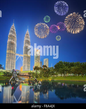Beau feu d'artifice au-dessus de la ville de Kuala Lumpur, Malaisie skyline at night Banque D'Images