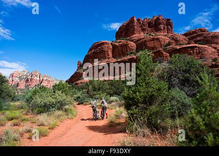 Un couple en vtt près de Sedona en Arizona. Banque D'Images