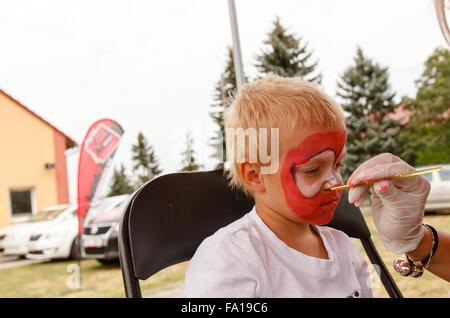 Petit garçon et peinture sur corps (shallow DOF) Banque D'Images