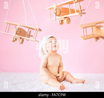 Little girl playing toy planes en bois Banque D'Images