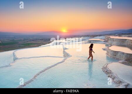 Pamukkale - terrasses de calcaire au coucher du soleil, Pamukkale, Turquie Banque D'Images