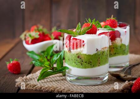 Dessert crémeux aux fraises et kiwi Banque D'Images