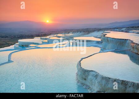 Au coucher du soleil - paysages Pamukkale terrasses de minéraux carbonatés laissées par l'écoulement de l'eau, Istanbul, Banque D'Images