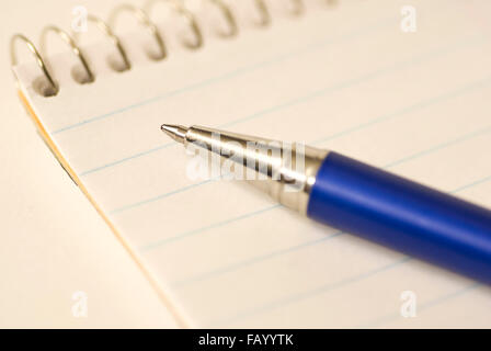 Pointe de stylo à bille sur papier Banque D'Images
