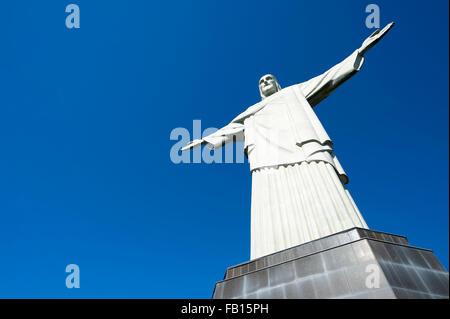 RIO DE JANEIRO, Brésil - Mars 05, 2015: Statue du Christ Rédempteur se dresse sur sa base au sommet de la montagne Banque D'Images
