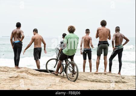 RIO DE JANEIRO, Brésil - 22 octobre 2015: Brazilian surf en stand à la recherche de combinaisons de surf entrant Banque D'Images