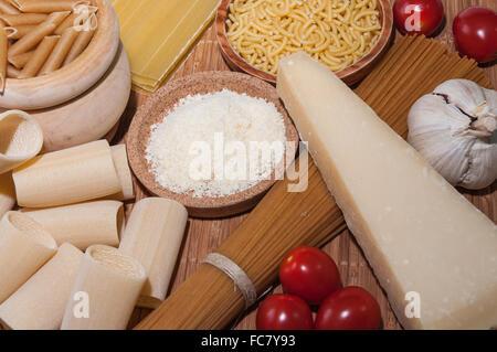 Les pâtes et les divers ingrédients Banque D'Images
