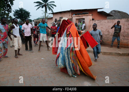 Fête des fantômes de Ouidah. Les gens garder leur distance. Il est dangereux de toucher les egoun-egoun. Banque D'Images