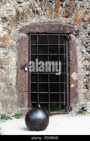 Auvent sur la porte de la vieille tour dans le château Hochosterwitz Banque D'Images