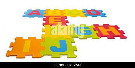 Pièces de Puzzle Alphabet sur fond blanc Banque D'Images