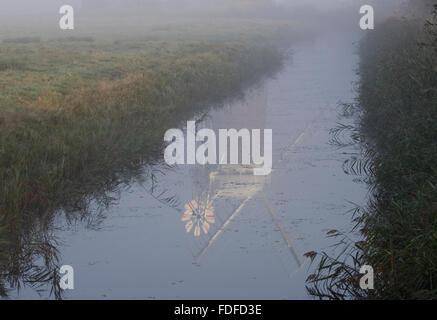 Reflet de Horsey Mill de fossé de drainage, avec l'augmentation de la brume d'automne, tôt le matin, les Norfolk Banque D'Images