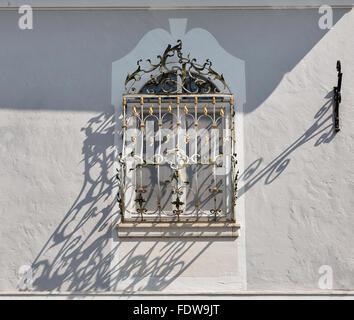 En plein air avec grille fenêtre antique de longues ombres sur le mur de Mondsee, Autriche Banque D'Images