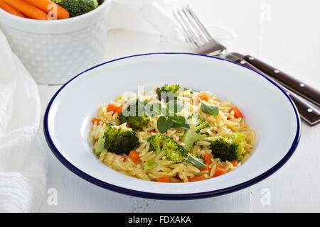 Les pâtes avec le brocoli et la carotte cuite en stock Banque D'Images