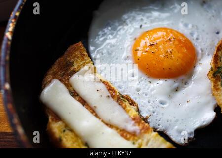 Œuf frit et du pain avec du fromage sur le plateau Banque D'Images