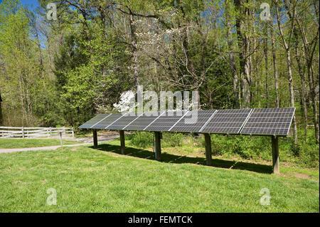 Panneaux à énergie solaire de production d'électricité Banque D'Images