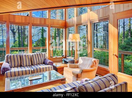 Sofas et windows in modern living room Banque D'Images