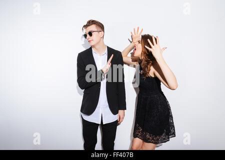 Femme en robe de nuit de crier sur l'homme isolé sur fond blanc Banque D'Images