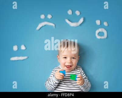 Petit garçon sur la couverture bleue background Banque D'Images