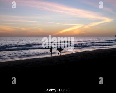 Surfers promenades sur la plage au Costa Rica Banque D'Images