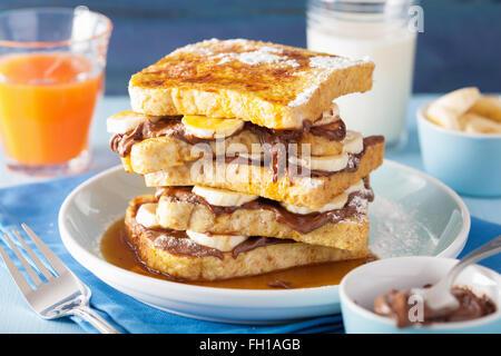 French toasts avec sauce au chocolat et caramel de bananes pour le petit déjeuner Banque D'Images