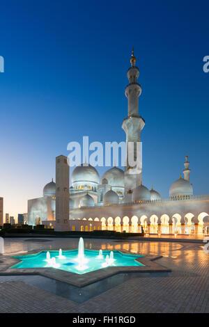 Vue de la nuit de la Grande Mosquée Sheikh Zayed à Abu Dhabi Emirats Arabes Unis Banque D'Images