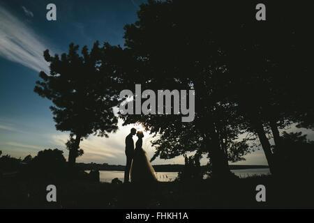 Mariée marié debout dans le parc Banque D'Images