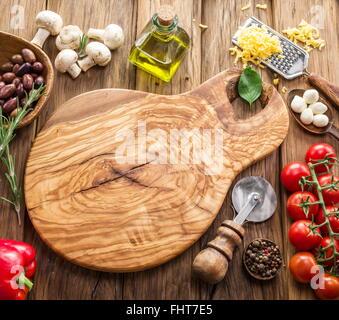 Pizza ingrédients: champignons, olives, fromage et tomates. Banque D'Images