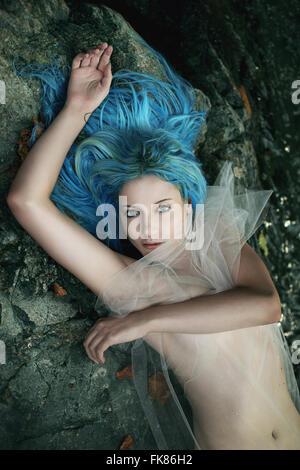 Dame de l'eau posant sur des pierres d'eau . Mythe et fantaisie Banque D'Images